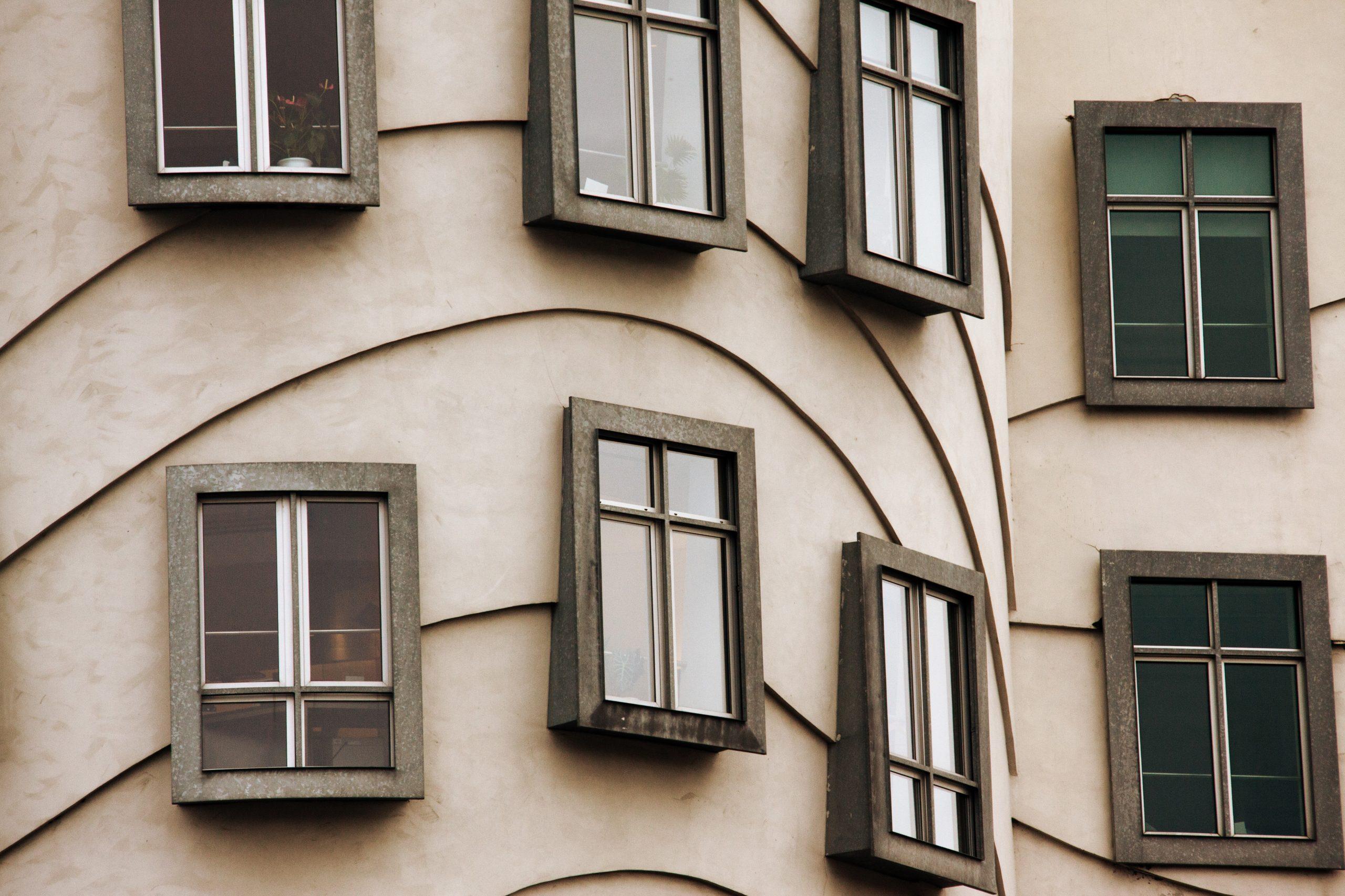 Edificio con ventanas de diseño